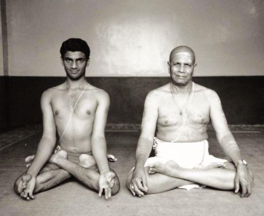 Sri K. Pattabhi Jois (à droite) et son petit-fils R. Sharath Jois